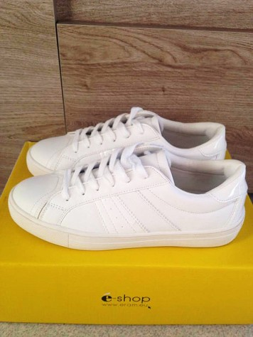 Sneakers blanches Texto