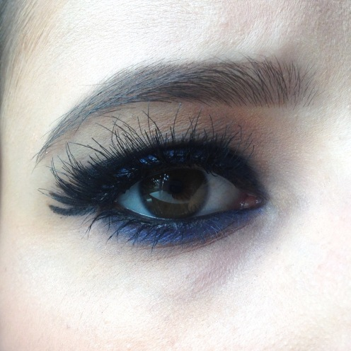 Maquillage Monday Shadow Challenge noir + bleu roi (naked 2 et afterdark urban decay, huda beauty lashes, lipstick the body shop) zoom (1)
