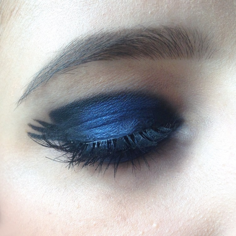 Maquillage Monday Shadow Challenge noir + bleu roi (naked 2 et afterdark urban decay, huda beauty lashes, lipstick the body shop) zoom (2)