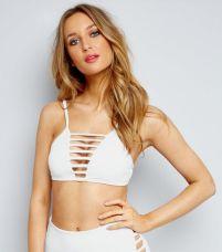 NEW LOOK - Bikini blanc à effet quadrillé (http://www.newlook.com/fr/femme/vetements/maillots-bain/haut-de-bikini-blanc-%C3%A0-effet-quadrill%C3%A9/p/508957010?comp=NewLookRecentlyViewedComponent + http://www.newlook.com/fr/femme/vetements/maillots-bain/bas-de-bikini-blanc-taille-haute-%C3%A0-effet-quadrill%C3%A9-sur-les-c%C3%B4t%C3%A9s/p/508960510?comp=Browse)